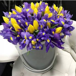 Композиция в коробке тюльпаны и ирисы R3246