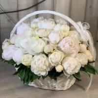 Корзина цветов, 51 белый пион с оформлением R953
