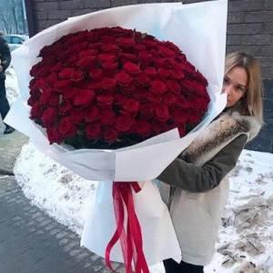Букет 101 красная роза в белой крафт-бумаге R879