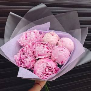 Букет 7 розовых пионов с оформлением R1089