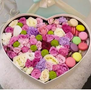 Коробка с цветами и макаронсами R222