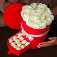 Шляпная коробка с розами и макаронсами R149