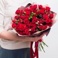 Букет 15 красных кустовых роз с упаковкой R418