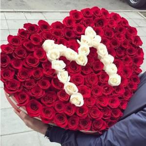 Композиция в коробке 101 роза сердце с буквой R513