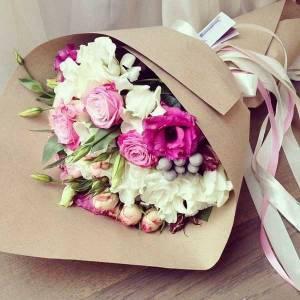 Сборный букет эустома и розы в крафте R616